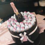 Poklon za devojku sa kinder jajima i Moet Rose šampanjcem u luksuznoj crnoj drvenoj kutiji