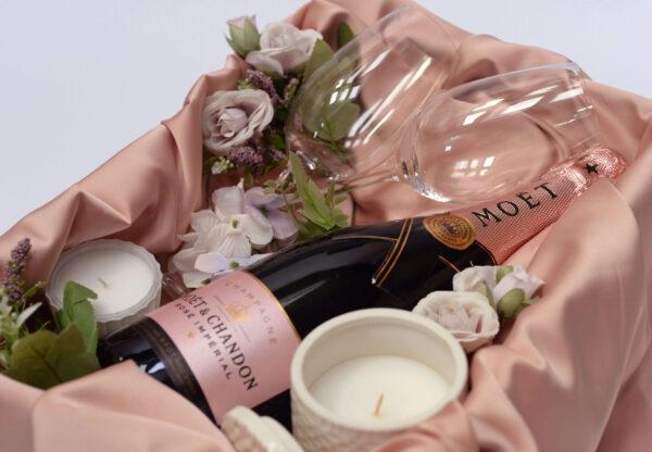 Poklon za devojku sa Moet šampanjcem, svećom i dve čaše za šampanjac