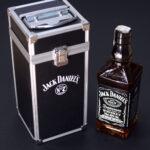 Poklon za dečka - metalna kutija crno sive boje u koju je upakovan Jack Daniels