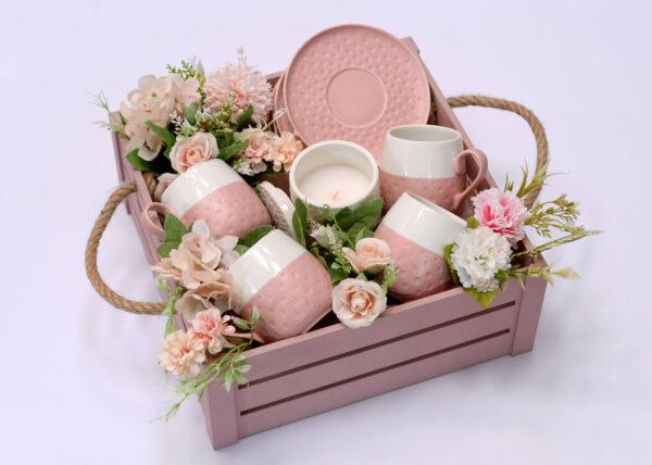 Poklon za devojku aranžiran u roze drvenoj kutiji sa fantastičnim setom soljica i aromatičnim svećama