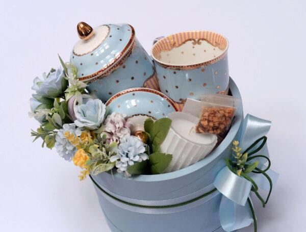 Poklon za devojku u nežno plavoj kutiji sa šoljama za čaj