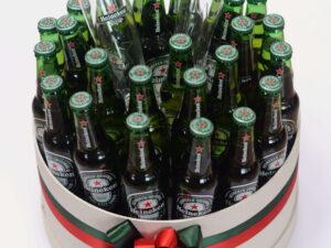 Poklon za dečka sa Heineken pivom i dve Heineken čaše, aranžiran u luksuznoj beloj kutiji.