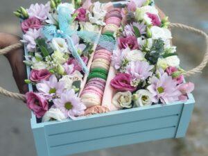 cveće u kutiji sa makaronsima - dostava cveća Beograd - Online cvećara & Gift Shop Poklondžija
