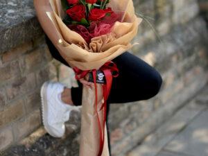 Buket cveća sa crvenim ružama