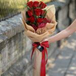 Buket cveća sa crvenim ružama Buket cveća sa crvenim ružama