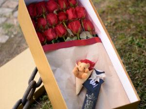 cveće u kutiji - ruže u zlatnoj kutiji sa medom i čokoladom