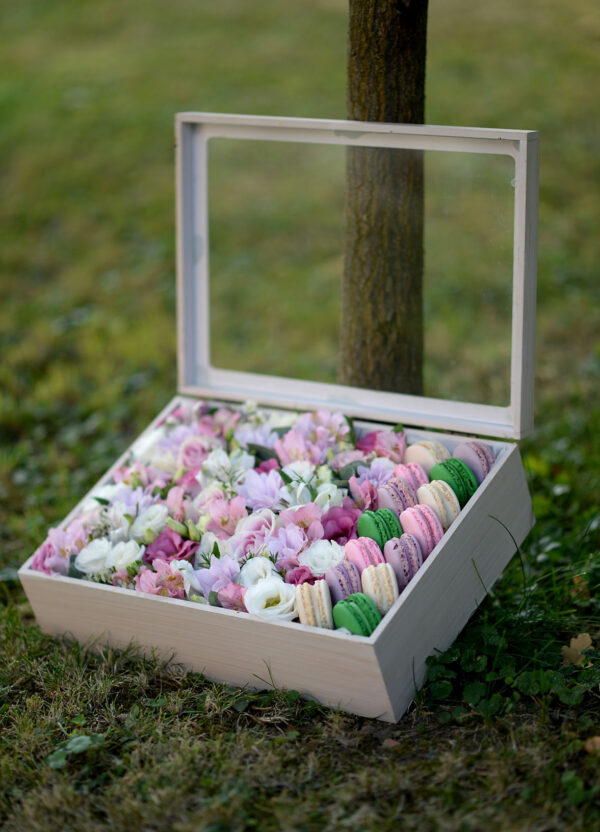 cvece u kutiji sa makaronsima