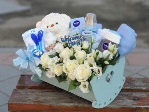 poklon za bebe cvetni aranžman u kolevci