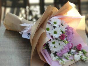 buket cveća sa lizijantusom i hrizantemama