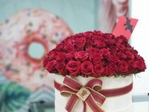 101 ruza u drvenoj beloj kutiji - poklondžija - online cvećara - dostava cveća Beograd 24/7
