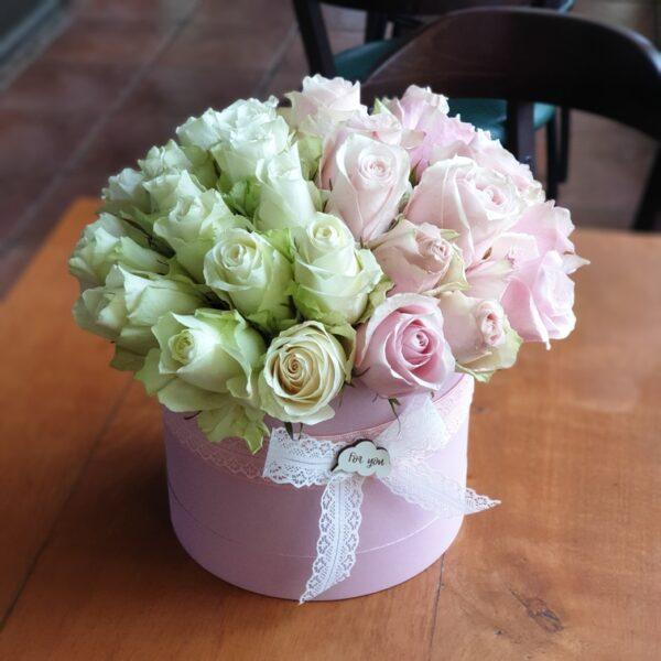 cveće u kutiji sa roze i belim ružama