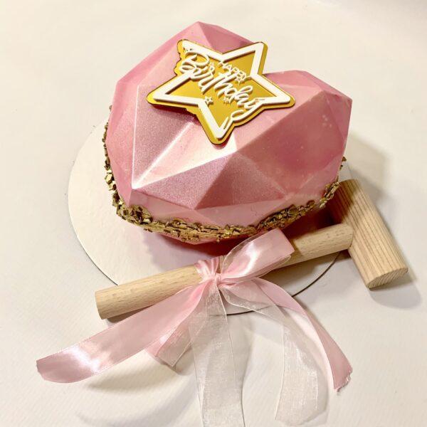 torta u obliku srca punjena slatkišima sa čekićem