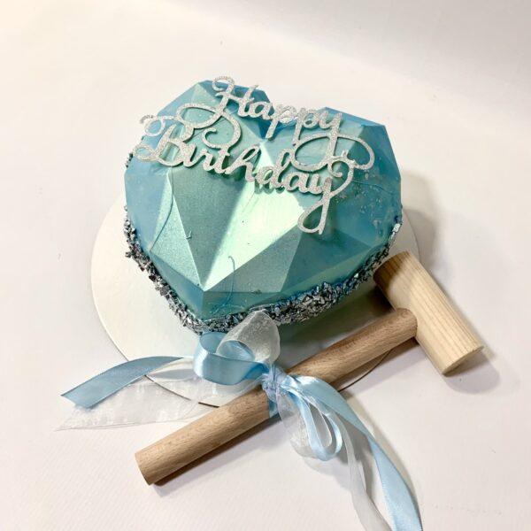 torta za rodjendau obliku srca sa čekićem