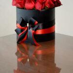 cveće u kutiji sa crvenim i crnim ružama – poklondzija – dostava cveća beograd – gift shop – online cvećara