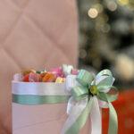cveće u kutiji sa makaronsima Dostavaljamo cveće 24/7 – Online cvećara GIftshop Beograd. Mogućnost online plaćanja