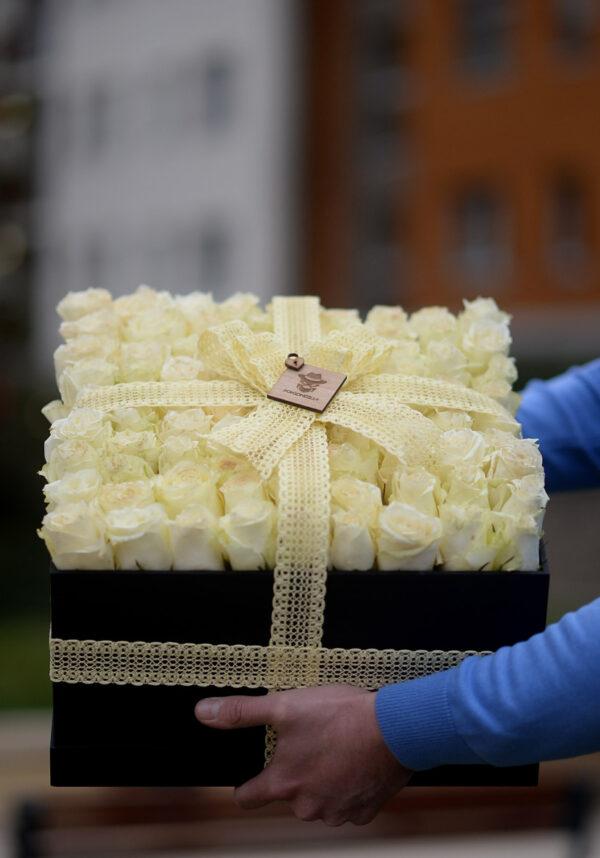 101 ruza u beloj drvenoj kutiji - Poklondžija online cvećara Beograd - Dostava cveća 24/7