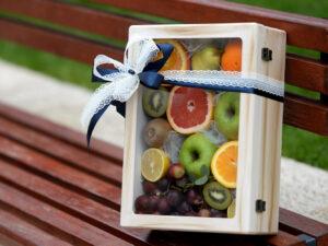 Voćni aranžman u kvalitetnoj drvenoj kutiji - ručno pravljenoj