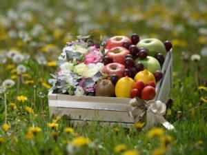 Voćna korpa - Voćni aranžman sa prelepim svežim cvećem