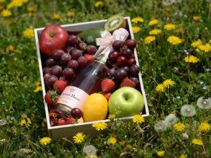 Voćni aranžman sa penušavim vinom i grožđem - Kovačević Fresco Rose
